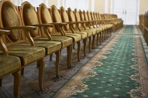 cadeiras de madeira em uma fileira. foto