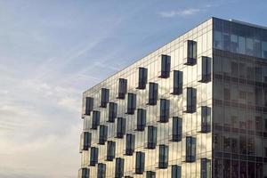 prédio de escritórios com canto de fachada de vidro