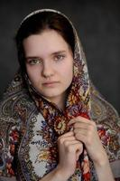 menina de olhos verdes morena russa no xale russo pavlo-posad foto