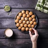 doces indianos besan ladoo foto