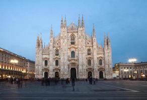 Catedral de Milão à noite foto