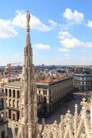 estátua na catedral de Milão e na piazza del duomo