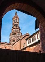 a torre sineira da abadia de chiaravalle, em milão foto