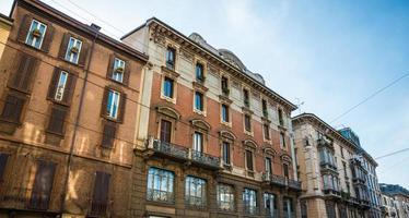 vista da rua com velhos prédios de apartamentos bonitos.