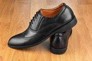 sapatos masculinos clássicos, no chão de madeira foto