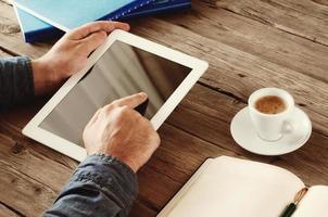 homens mão clica na tela em branco tablet foto