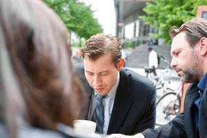 homens de negócios em um café em Berlim