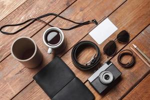 acessórios masculinos na mesa de madeira foto