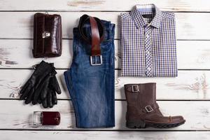 belo conjunto de roupas masculinas. foto