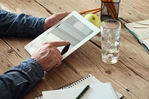 computador tablet nas mãos de homens foto