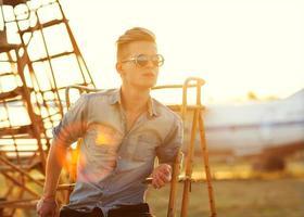 moda masculina no aeroporto ao pôr do sol foto