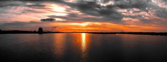 pôr do sol da cidade industrial