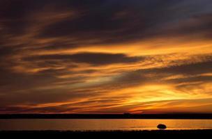 pôr do sol rural saskatchewan foto
