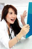 médico ocupado feminino