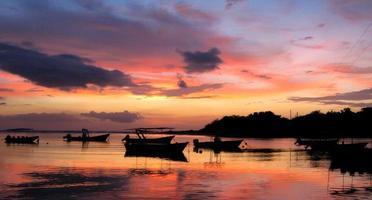 barcos ao pôr do sol foto