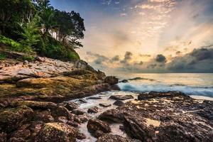 pôr do sol tropical sombrio foto