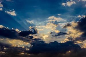 céu durante o pôr do sol