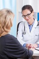 médico reconfortante paciente do sexo feminino foto