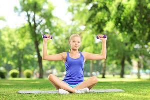 mulher exercitando com halteres foto