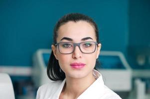 médica em laboratório foto