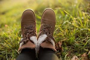 pés femininos em botas foto