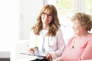 médica com paciente sênior foto