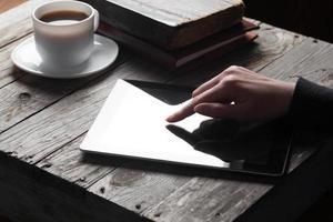 mão feminina tocando tablet digital