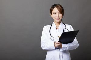 sorrindo médica com área de transferência foto