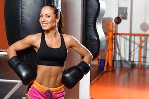 boxer feminino com saco de boxe foto