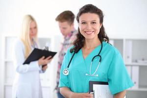bela jovem sorridente médica