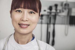 retrato de médica sorridente foto