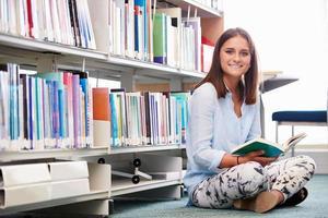 estudante feminino estudando na biblioteca