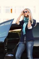 motorista do sexo feminino chamando no telefone
