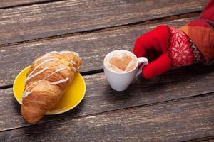 feminino mão segurando a xícara de café