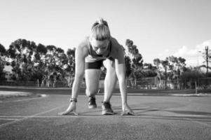 corredor feminino em uma pista de atletismo foto