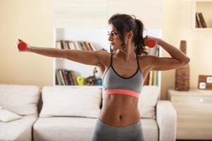 mulher atraente fazendo exercício em casa. foto