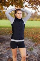 bela jovem corredor feminino no parque outono foto