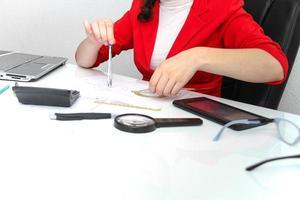 jovem designer feminino trabalhando com plano arquitetônico foto