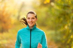 modelo de fitness feminino treinamento fora e executando