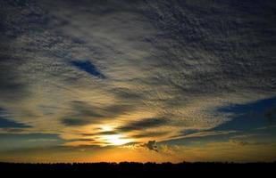 pôr do sol. céu bonito foto