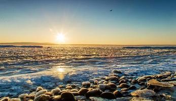 pôr do sol na praia de gelo.