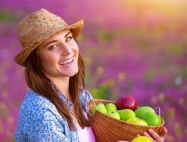 fêmea alegre com frutas de maçã foto