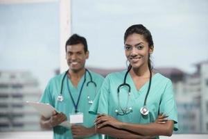 médico indiano feminino com seu colega foto