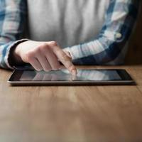 femininas mãos segurando um computador tablet digital