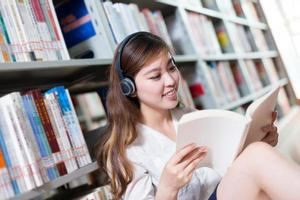 estudo asiático bela aluna na biblioteca foto