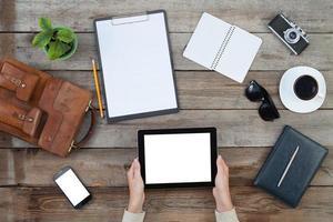 femininas mãos segurando um computador tablet digital foto