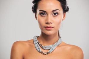 retrato de um modelo feminino encantador foto