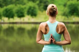 fêmea em pose de ioga de oração inversa foto