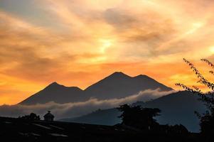 vista do vulcão por do sol foto