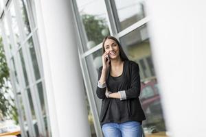jovem mulher na frente do escritório foto